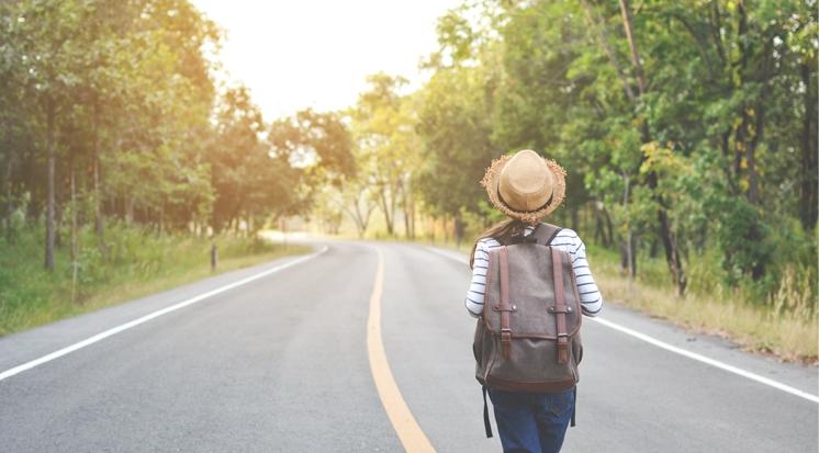 Junge Frau unterwegs auf einer Straße