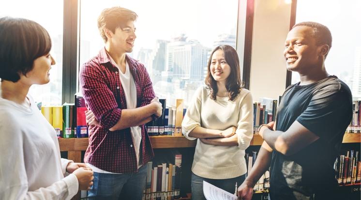 Studenten in Bücherei