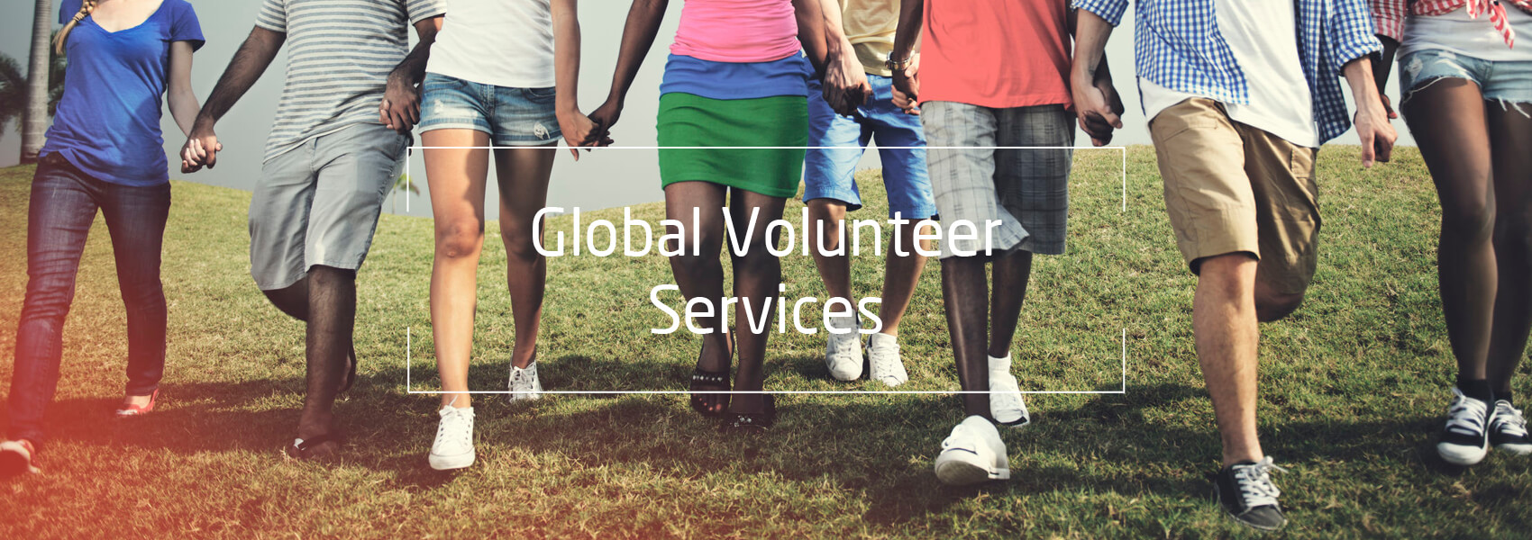 Beine von Jugendlichen, die in einer Reihe gehen, Text: Global Volunteer Services