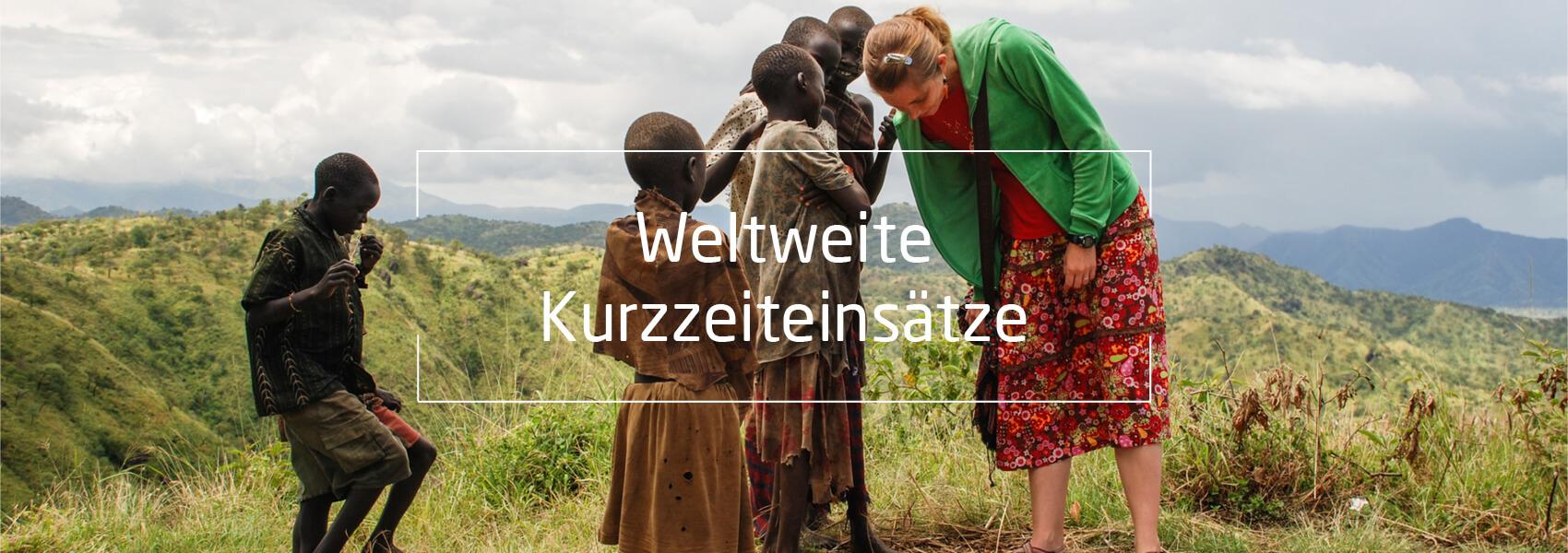 Afrikanische Kinder mit weißer Jugendliche, Text: Weltweite Kurzzeiteinsätze