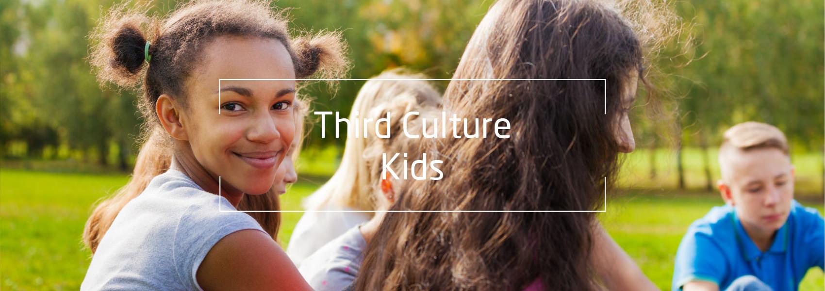lachendes Mädchen, Text: Third Culture Kids