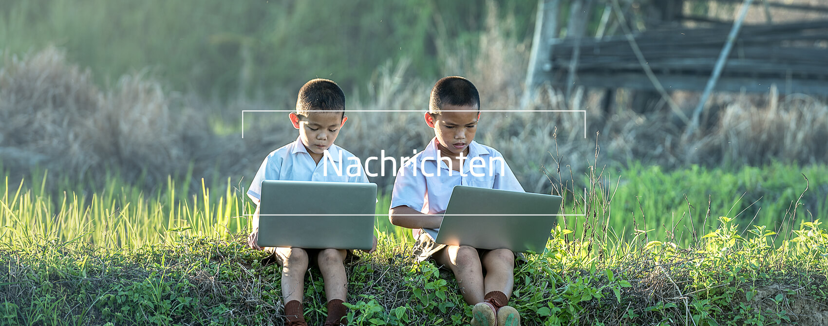 AsiatischerJungen mit Laptop, Text: Nachrichten
